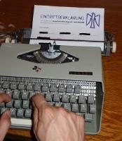 Mit der Schreibmaschine die Eintrittserklärung ausfüllen